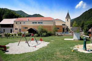 Kindergarten u Turnhalle Neubau. davor der neue Spielplatz