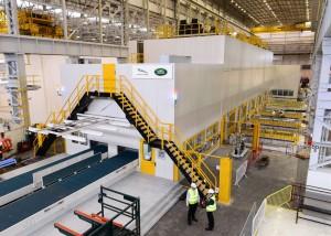 Hochmoderne Servopressen die erste ihrer Art in einem britischen Automobilwerk ist 85 Meter lang und 13 Meter hoch. Sie verfügt über eine Gesamtpresskraft von 7.900 Tonnen und kann sowohl Stahl- als auch Aluminiumbleche fertigen. | ©: Jaguar Land Rover Limited