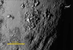 Nahaufnahmen einer Region, in der Nähe von Plutos Äquator offenbaren eine riesige Überraschung - eine Reihe von jungen Bergen, sie ragen 3.500 Meter über der Oberfläche des eisigen Körper empor. | ©: NASA