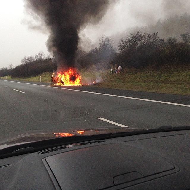 brennendes auto 1445159721