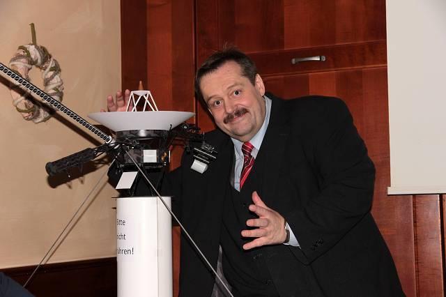 Der Experimentalphysiker und Science Buster, Dr. Werner Gruber bei einem ANTARES Vereinsabend, wo er von dem einzigartigen NASA Projekt der 1977 gestarteten VOYAGER Sonden berichtet. | ©: Martin Kainz (Antares)