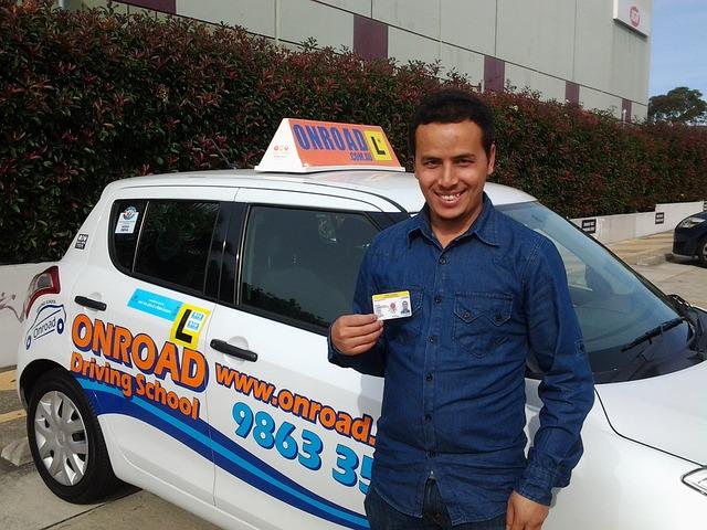 Er hat die Führerscheinprüfung bestanden!