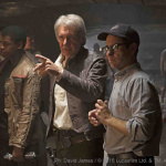 Bild vom Set: Star Wars VII: The Force Awakens John Boyega (Finn), Harrison Ford (Han Solo) und Director J.J. Abrams   Ph: David James / © 2014 Lucasfilm Ltd. & TM. All Right Reserved.