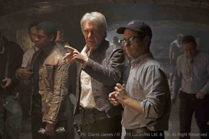 Bild vom Set: Star Wars VII: The Force Awakens John Boyega (Finn), Harrison Ford (Han Solo) und Director J.J. Abrams | Ph: David James / © 2014 Lucasfilm Ltd. & TM. All Right Reserved.