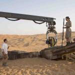 Bild vom Set: Star Wars VII: The Force Awakens Director J.J. Abrams und Actress Daisy Ridley (Rey) am Set.   Ph: David James / © 2015 Lucasfilm Ltd. & TM. All Right Reserved.