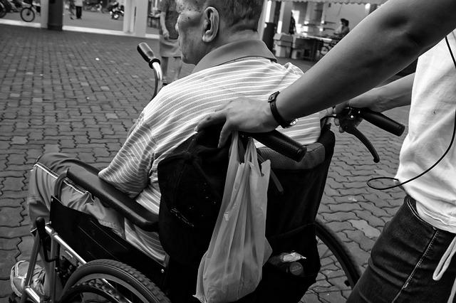 Die Täter schlugen brutal auf den Senior im Rollstuhl und dessen Betreuerin ein