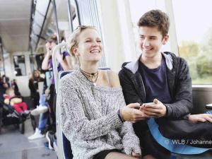Ab 1. März können die Fahrgäste der Badner Bahn noch mehr Komfort genießen. Die Wiener Lokalbahnen haben vier Triebwägen mit WLAN ausgestattet und wollen in den kommenden sechs Monaten testen, wie das zusätzliche Service bei den Kundinnen und Kunden ankommt. | © WLB / .Johannes Zinner