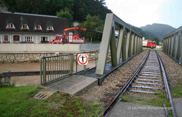 Straße gesperrt, Bahnlinie gesperrt - was nun? Wer keinen Heli hat, kommt nicht zur Arbeit ... | © zib