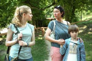 Nicole (Liliy Epply), Katharina und Tobias Trummer (Ursula Strauss und Nikolai Klinkosch) | © Allegro Film / Petro Domenigg FILMSTILLS.AT KG