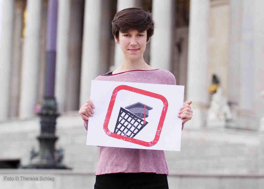 Flora Petrik (Junge Grüne) bei einer Fotoaktion vor dem Parlament