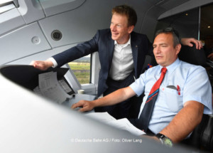 Sie freuen sich auf den Dezember 2017: Dr. Richard Lutz, Vorsitzender des Vorstands und Stefan Nelles, Triebfahrzeugführer, DB Systemtechnik | © Deutsche Bahn AG / Foto: Oliver Lang