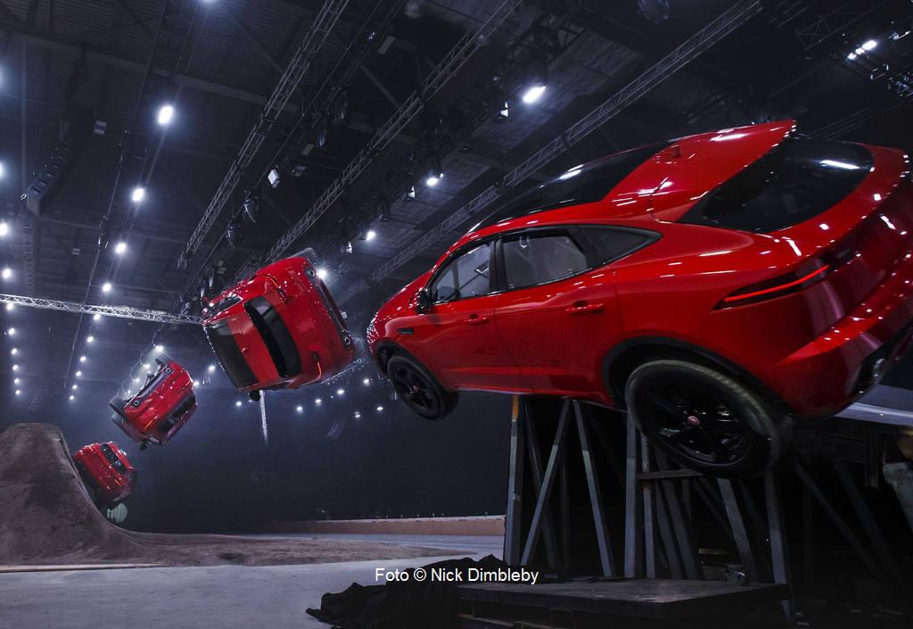 """Jaguar E-PACE - Weltrekordsprung """"Fassrolle"""""""