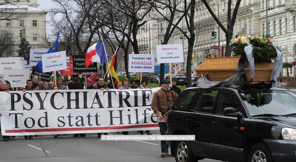 Demonstration 2015 Bürgerkommission für Menschenrechte für ein Verbot der Psychiatrie ohne Menschlichkeit | © Bürgerkommission für Menschenrechte