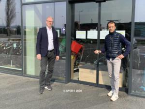 Dr. Holger Schwarting, Vorstand SPORT 2000 Österreich und Bobby Agboatwala, Inhaber Bobbys Sport | © SPORT 2000